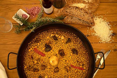 paella aspense de arroz con conejo y caracoles al sarmiento